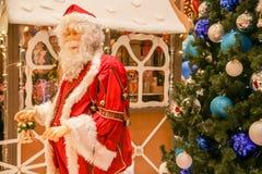 Santa Claus et arbre de Noël décoré Photo stock