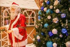 Santa Claus et arbre de Noël décoré Photographie stock