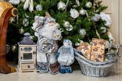Santa Claus et bonhomme de neige avec des cadeaux pendant les vacances de nouvelle année Photographie stock libre de droits