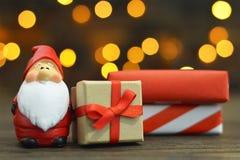 Santa Claus et cadeaux enveloppés Carte de Noël photo libre de droits