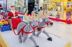 Santa Claus et deux rennes, figurines Photographie stock