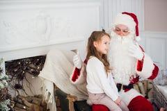 Santa Claus et enfant à la maison Cadeau de Noël Concept de vacances de famille Images stock
