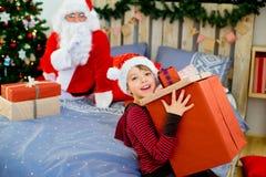 Santa Claus et garçon mignon étant prêts pour Noël Images libres de droits