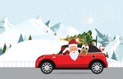Santa Claus et le renne drôles conduit une voiture rouge avec l'arbre Photographie stock libre de droits