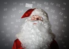 Santa Claus et lettres Photos libres de droits