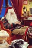 Santa Claus et smartphone photos libres de droits