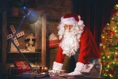 Santa Claus förbereder gåvor Arkivfoton