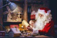 Santa Claus förbereder gåvor Royaltyfri Fotografi