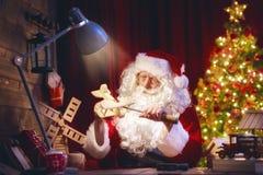 Santa Claus förbereder gåvor Arkivbild