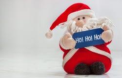 Santa Claus füllte das Spielzeug an, das hohoho Zeichen hält Stockbilder