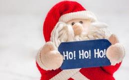 Santa Claus füllte das Spielzeug an, das hohoho Zeichen hält Lizenzfreie Stockfotografie
