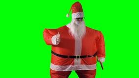 Santa Claus faz um braço acenar a dança no fundo verde video estoque