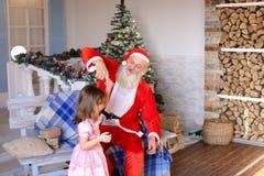 Santa Claus feliz que habla con la pequeña princesa imágenes de archivo libres de regalías