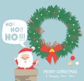 Santa Claus feliz que tenta participar na casa através da chaminé Fotos de Stock