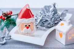 Santa Claus-Figürchen des Marzipans auf der Tabelle des neuen Jahres Neues Jahr ` s Design Dekoration der festlichen Tabelle stockfotografie