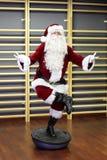 Santa Claus Fitness-opleiding op stablityhemisfeer Stock Foto