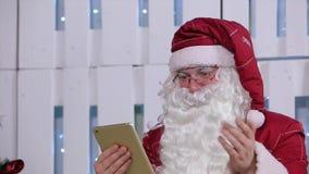 Santa Claus Flipping Page sulla compressa di Digital dentro archivi video