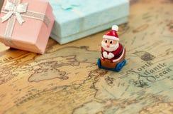 Santa Claus gaat op een slee op de wereldkaart giften voor Kerstmis en Nieuwjaar geven De kerstman gaat rond de planeet Royalty-vrije Stock Afbeelding