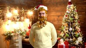 Santa Claus - gebaarde hipster De nieuwe kleren van de jaarmanier Vooravond van het mensen de nieuwe jaar Gebaarde gekke mens die stock videobeelden
