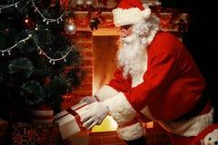 Santa Claus gebrachte giften voor Kerstmis en het hebben van een rust Royalty-vrije Stock Foto's