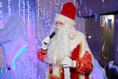 Santa Claus-Gesang Weihnachtslieder Vater-Frost-Gesang Weihnachtslieder Vater Christmas, Jack Frost Santa Claus spricht mit lizenzfreie stockfotografie