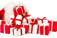 Santa Claus-Geschenktasche mit dem Verschütten von Geschenken Stockfoto