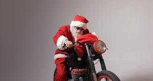 Santa Claus Gets på cykeln arkivfilmer