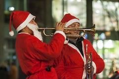 Santa Claus gioca la tromba Immagini Stock