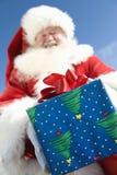 Santa Claus Giving ein Geschenk lizenzfreie stockfotografie