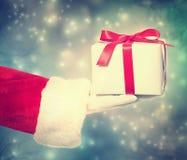 Santa Claus Giving ein Weihnachtsgeschenk Stockbild