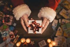 Santa Claus Giving um presente de Natal Imagens de Stock