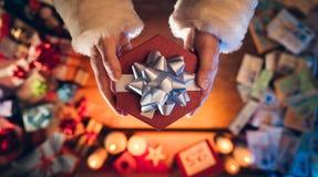 Santa Claus Giving un regalo di Natale Fotografie Stock Libere da Diritti