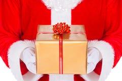 Santa Claus-Hände mit der Geschenkbox lokalisiert auf weißem Hintergrund Stockfotos