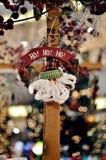 Santa Claus hängande garnering Arkivfoton