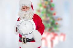 Santa Claus hållande väggklocka som visar få minuter till midnatt Arkivbilder