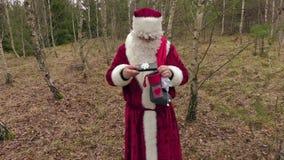 Santa Claus ha messo i regali nel calzino di natale stock footage