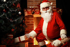 Santa Claus ha portato i regali per il Natale ed avere un resto Fotografie Stock