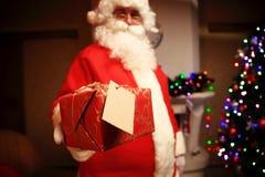 Santa Claus ha portato i regali per il Natale ed avere un resto dal camino Decorazione domestica Immagine Stock