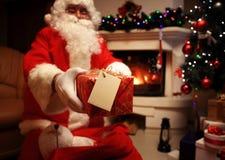 Santa Claus ha portato i regali per il Natale ed avere un resto dal camino Decorazione domestica Fotografia Stock