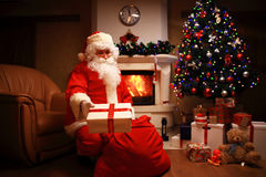 Santa Claus ha portato i regali per il Natale ed avere un resto dal camino Decorazione domestica Immagini Stock