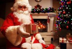 Santa Claus ha portato i regali per il Natale ed avere un resto dal camino Decorazione domestica Fotografia Stock Libera da Diritti