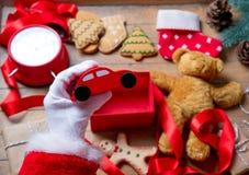 Santa Claus haben die Verpackung eines Weihnachtsspielzeugautos stockfotos