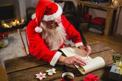 Santa Claus handstil på snirkel i vardagsrum Arkivbild