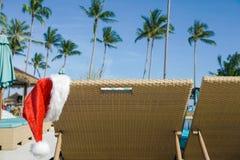 Santa Claus Hat Hanging op Sunbed royalty-vrije stock foto