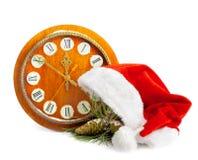 Santa Claus hatt, klocka och julgran Fotografering för Bildbyråer