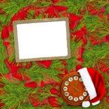 Santa Claus hatt, klocka och julgran med ramen Arkivbilder