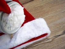 Santa Claus hatt med klockan Arkivbild