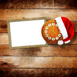 Santa Claus hatt på nytt års natt på den gamla klockan Royaltyfri Fotografi