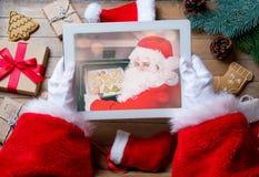 Santa Claus-het apparaat van de holdingstablet stock fotografie