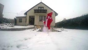 Santa Claus-het dansen onderbrekingsdans in de sneeuw op de straat stock footage